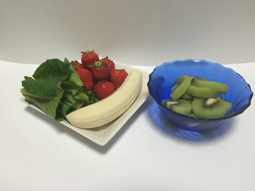 イチゴとキウイのグリーンスムージー材料