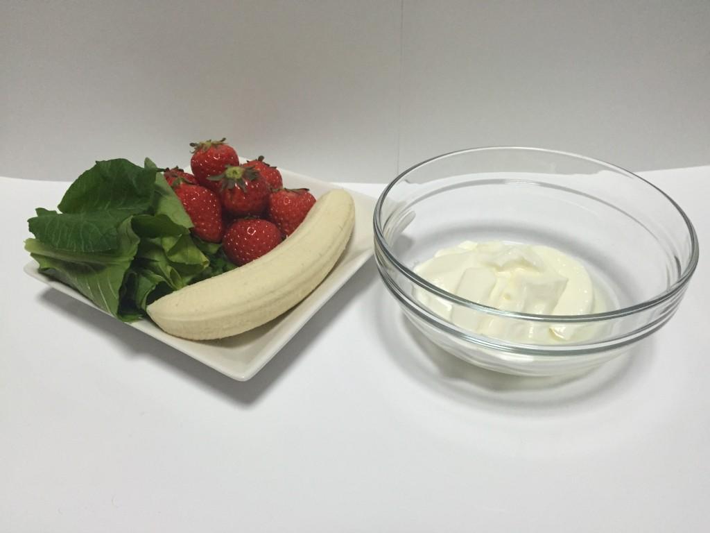 イチゴとヨーグルトのグリーンスムージー材料